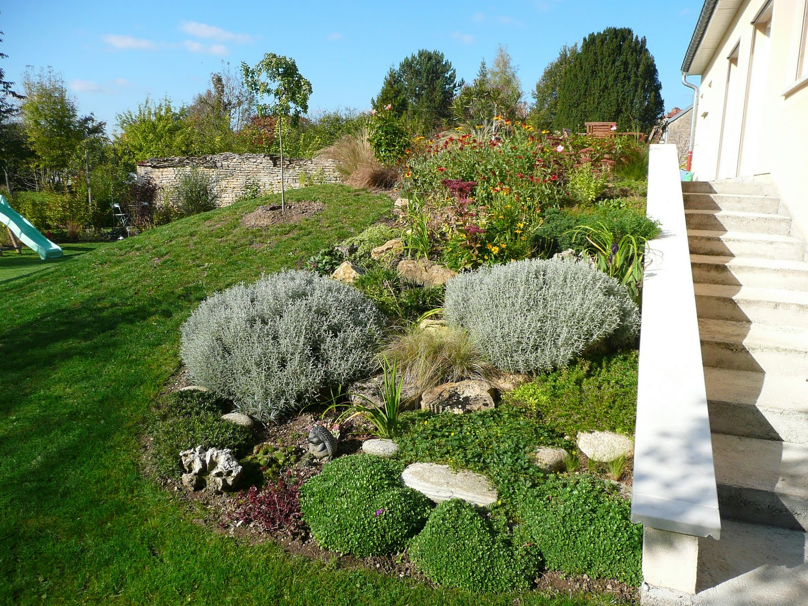 D coration jardin en pente douce amenagement besancon 2233 besancon jardin - Deco jardin cailloux besancon ...