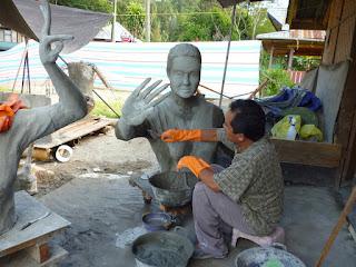 Proses pembuatan Patung Penari Torraja