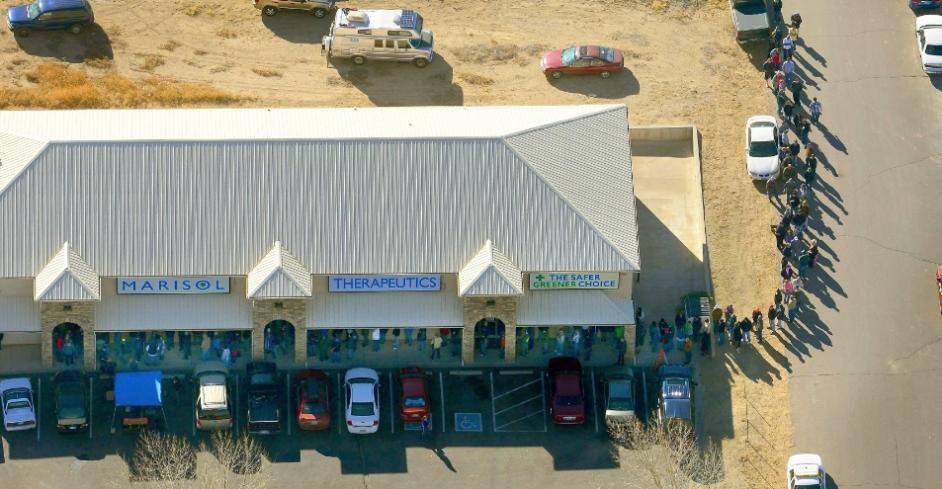 Longa fila de compradores para a maconha recreacional, que foi liberada a partir desta quarta-feira (1º) no Estado de Colorado (EUA).