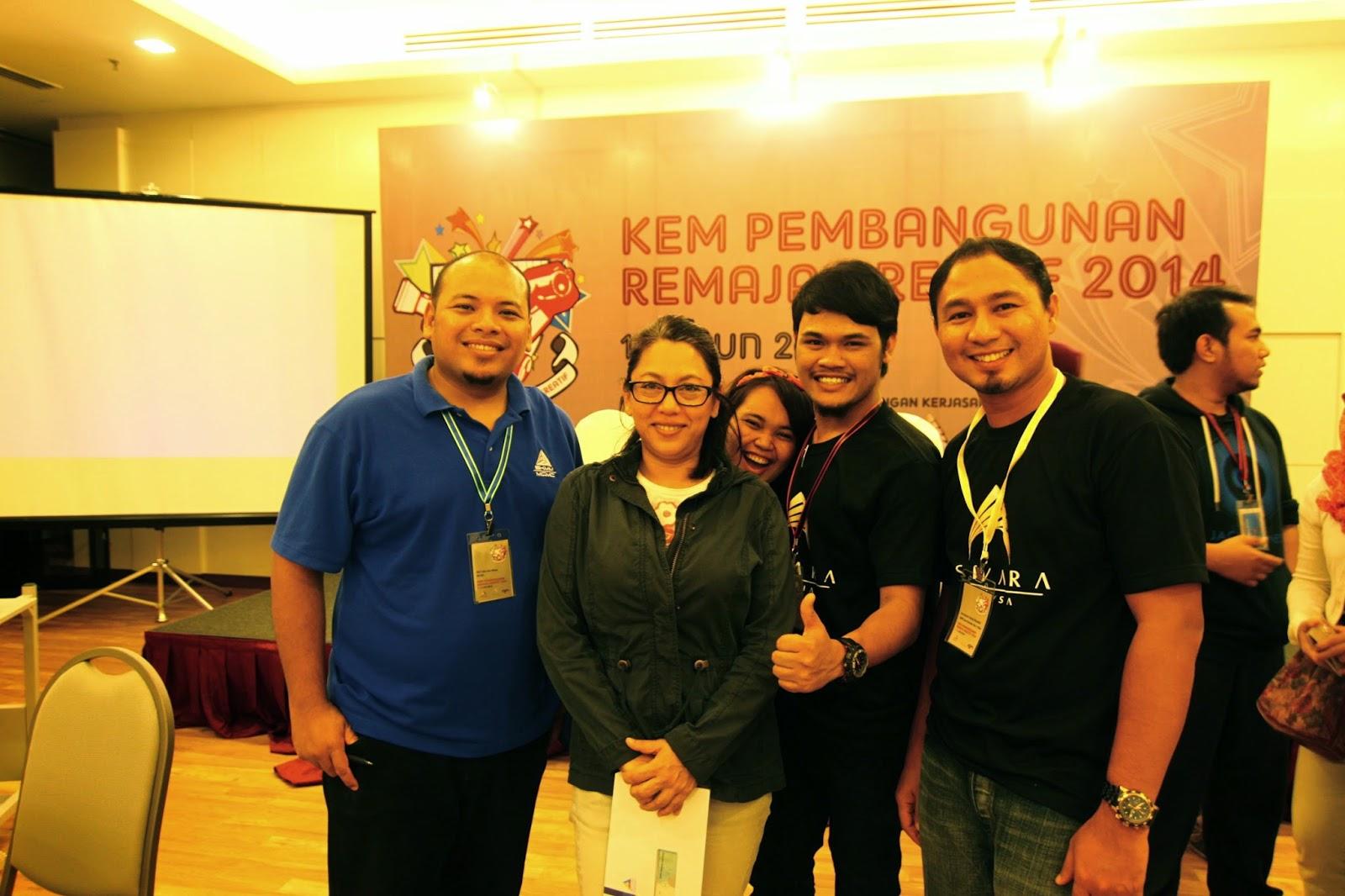 Encik Taher, Abang Syamir dan Cikgu Hailmi bergambar kenangan dengan Pengarah Tengku Monaliza