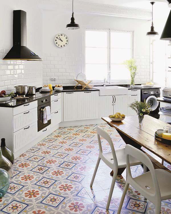 cozinha com piso de azulejo hidraulico