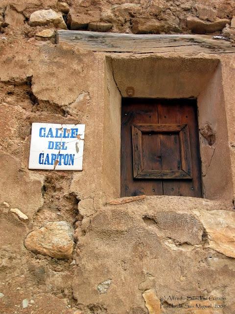 puebla-san-miguel-ventana-calle-carton