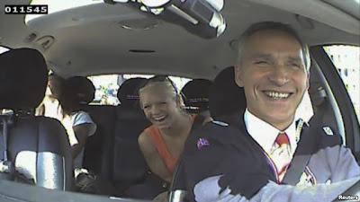 Dua penumpang taksi yang dikendarai PM Norwegia Jens Stoltenberg tertawa setelah mengetahui bahwa PM mereka menyamar sebagai sopir taksi dan mengangkut penumpang di Oslo (11/8).