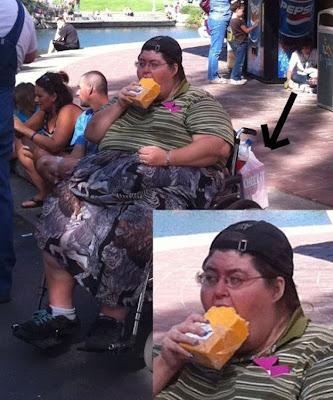 mujer comiendo un queso entero