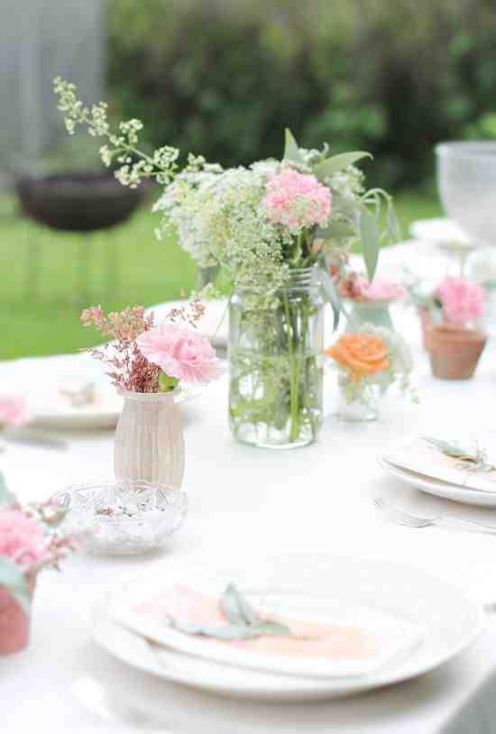 Kwiaty w słoiku na stole na garden party