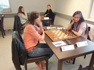 Ronde 7 : La grand-maître Tatiana Kostiuk marque le point face à l'Autrichienne Veronika Exler - Photo © Chess & Strategy