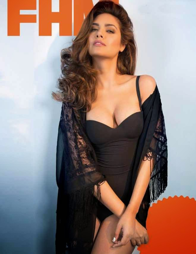 esha gupta hot cleavage photo