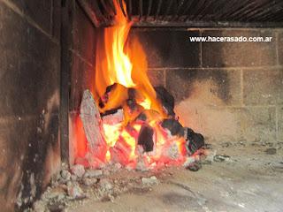 carbon encendido para el asado argentino