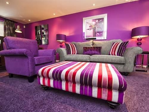 Si la sala es pequeña, el color morado y sus diferentes tonalidades
