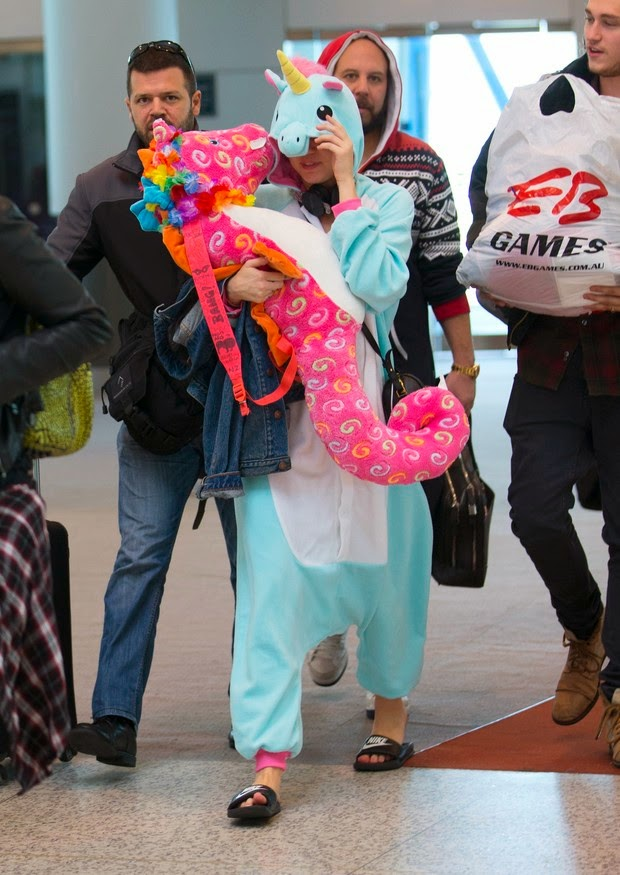Miley Cyrus uses exotic costumes in Sydney airport