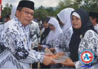 Momen HUT Guru dan PGRI ke-67, Wakil Bupati Bima Serahkan Piagam Penghargaan