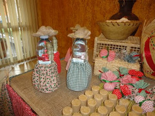 Decoração de festa junina até nas garrafinhas -