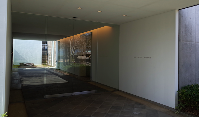 IZU PHOTO MUSEUM 入口と美術館 前庭(杉本博司設計)