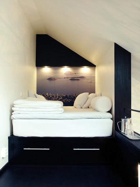 Bett in der Nische plus stimmungsvoller Aussicht als Poster