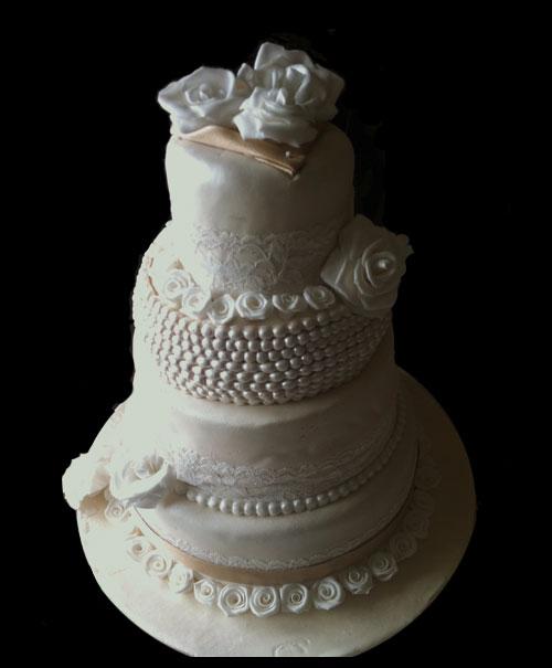 Gâteau de mariage à étages avec des perles