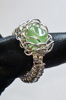 Pierścionek z zielonym oczkiem z profilu.