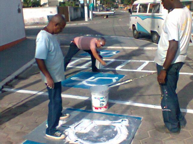 O Superintendente João Luiz,criando vagas de estacionamento para portadores de necessidades espec.