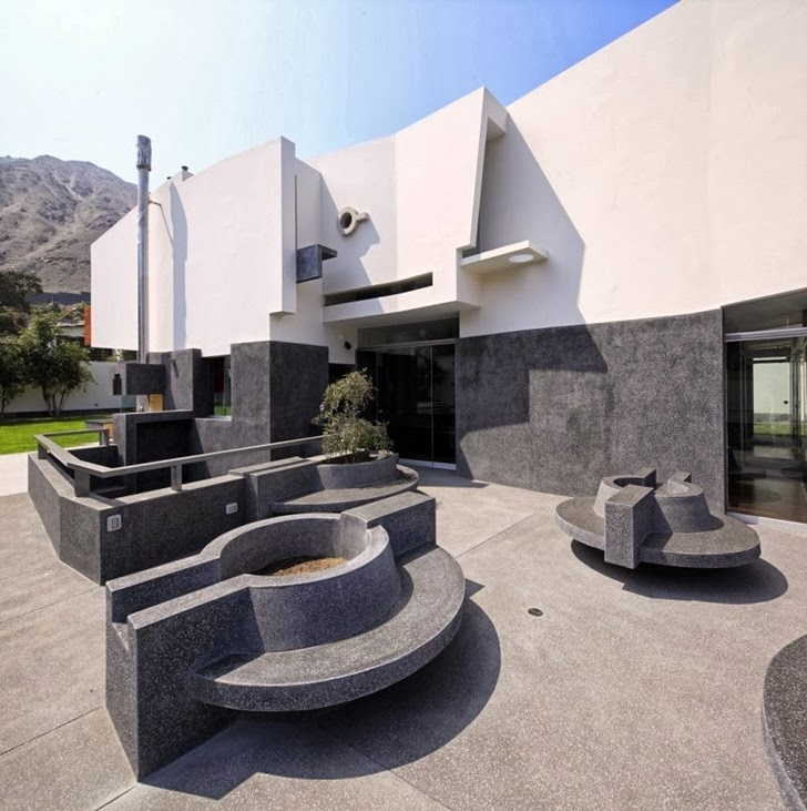 Black concrete bench in Extreme modern house by Longhi Architects