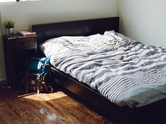 quarto pequeno com poucos moveis