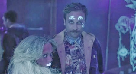 """El grupo Portugal the man en un fotograma del vídeo de su tema """"Purple Yellow Red & Blue"""""""