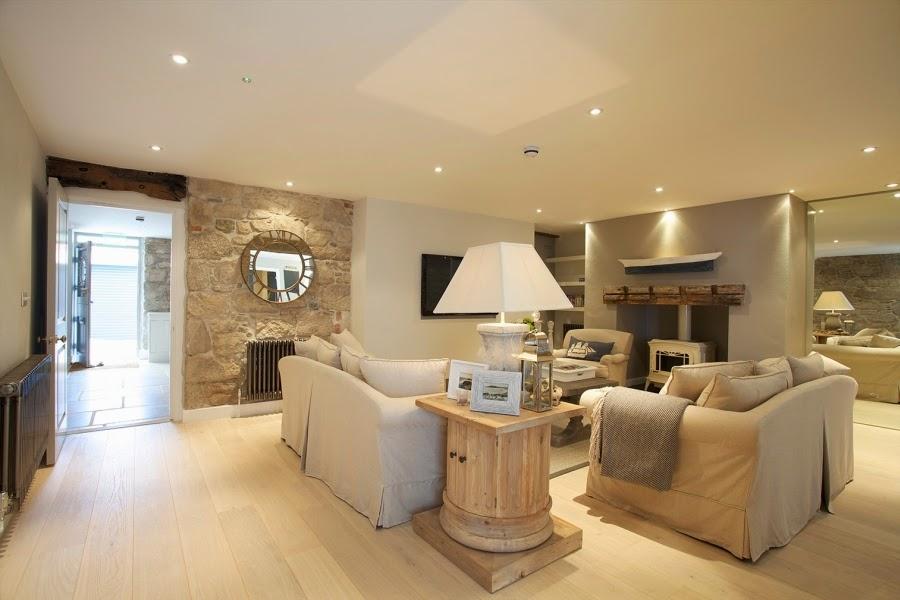 hotel, wnętrza, wystrój wnętrz, styl klasyczny, kamienna ściana, białe wnętrza, salon, biała sofa, lampa