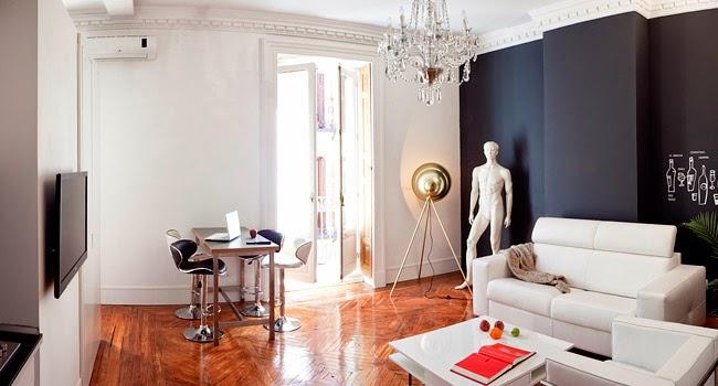 Salon con pared negra y estilo clasico renovado