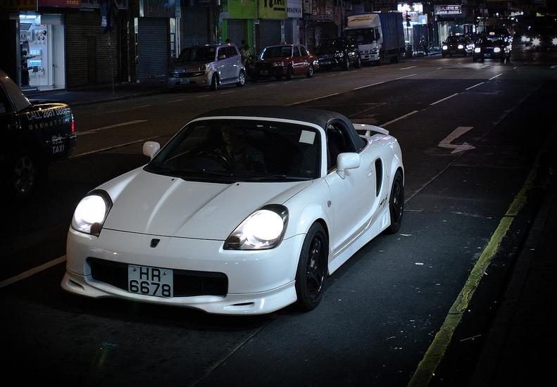 Toyota MR2, sportowy roadster z Japonii, MK3, przeróbki, mody, tuning, jak wygląda, biała, w nocy