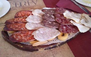 Popurrí de la Sierra: chorizo, chicharrones especiales, salchichón, butifarra, morcilla.