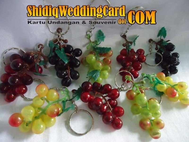 http://www.shidiqweddingcard.com/2014/02/souvenir-gantungan-kunci-anggur-kecil.html