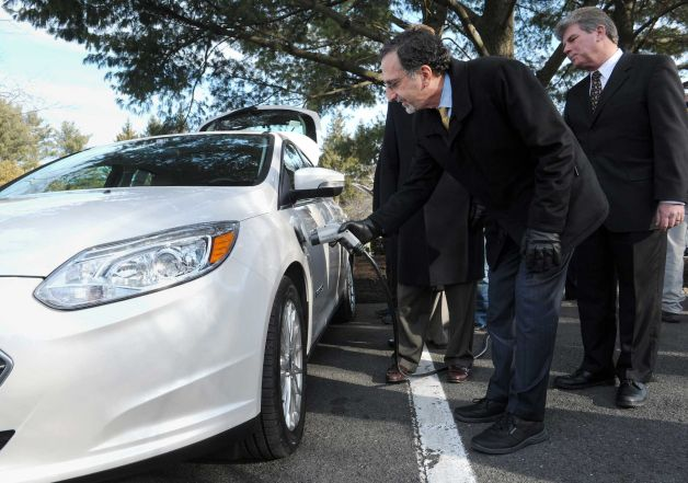 Ford Plans to Install Electric Vehicle Charging Stations for Employees