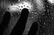 Un paio di gocce di pioggia caddero sul vetro.