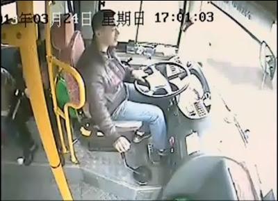 Motorista de ônibus chinês se torna herói, apos escapar da morte,e ainda salvar outros 26 passageiros.
