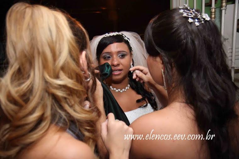 Madrinha é pra essas coisas, juntas no momento especial da noiva.