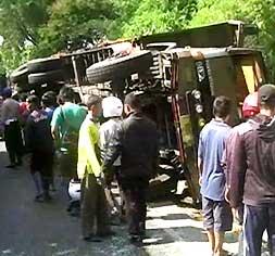 Sebuah Truk Tronton Terguling di Jalan Raya Ngawi