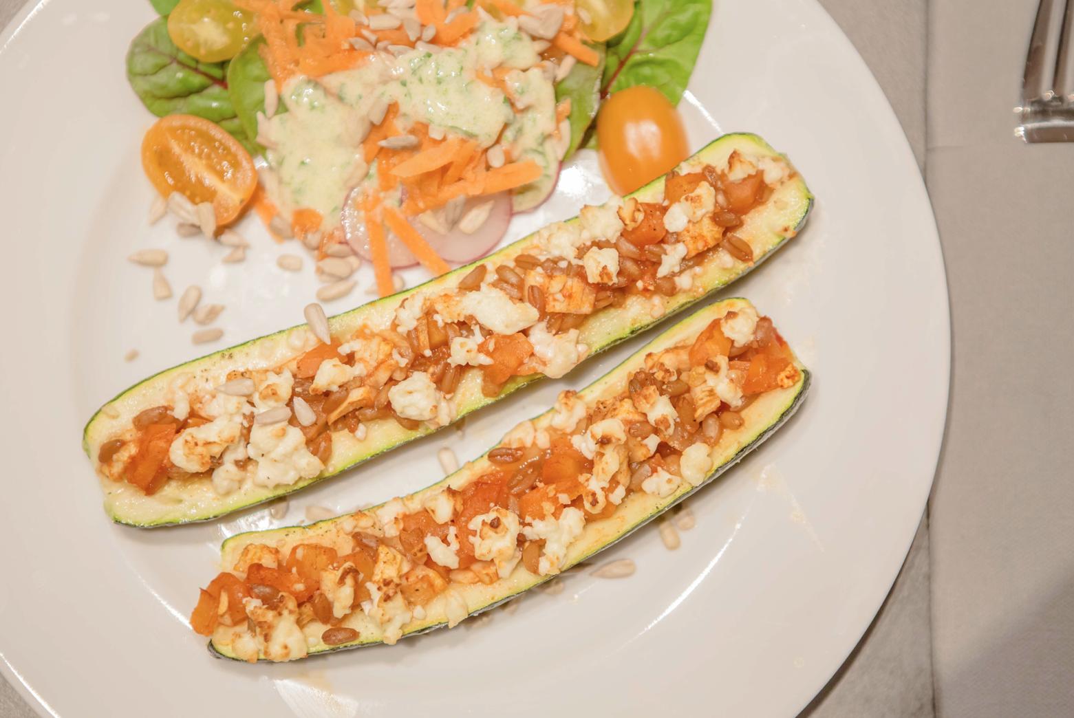 2 hälften überbackene Zucchini mit Salatbeilage