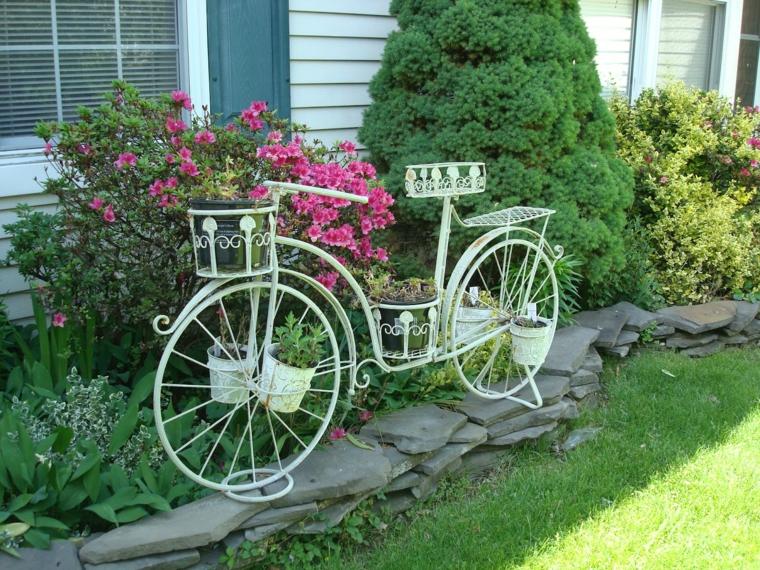 Icono interiorismo decorar el jard n con bicicletas for Setas decorativas para jardin