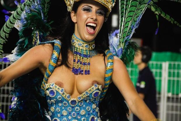 Danielle Fran A Mostra Os Seios Durante Todo O Desfile Da Peruche