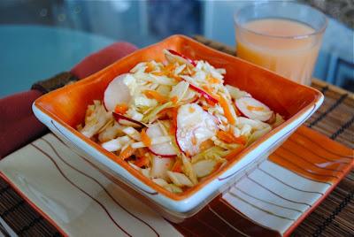 Салат из капусты с редиской и морковью