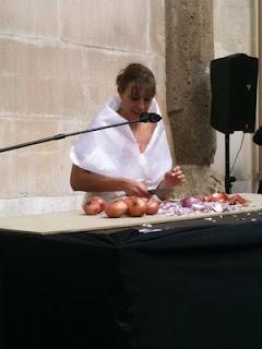 recital poético, Elche, Nosomostanraros, festival de poesía, Gracia Iglesias, El Escorxador, Soy Feliz, performance, cebollas