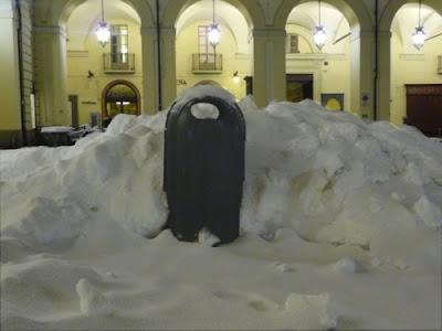 Cestino rifiuti coperto dalla neve