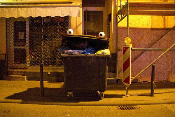 El arte de colocar ojos de caricaturas en objetos de la vida urbana