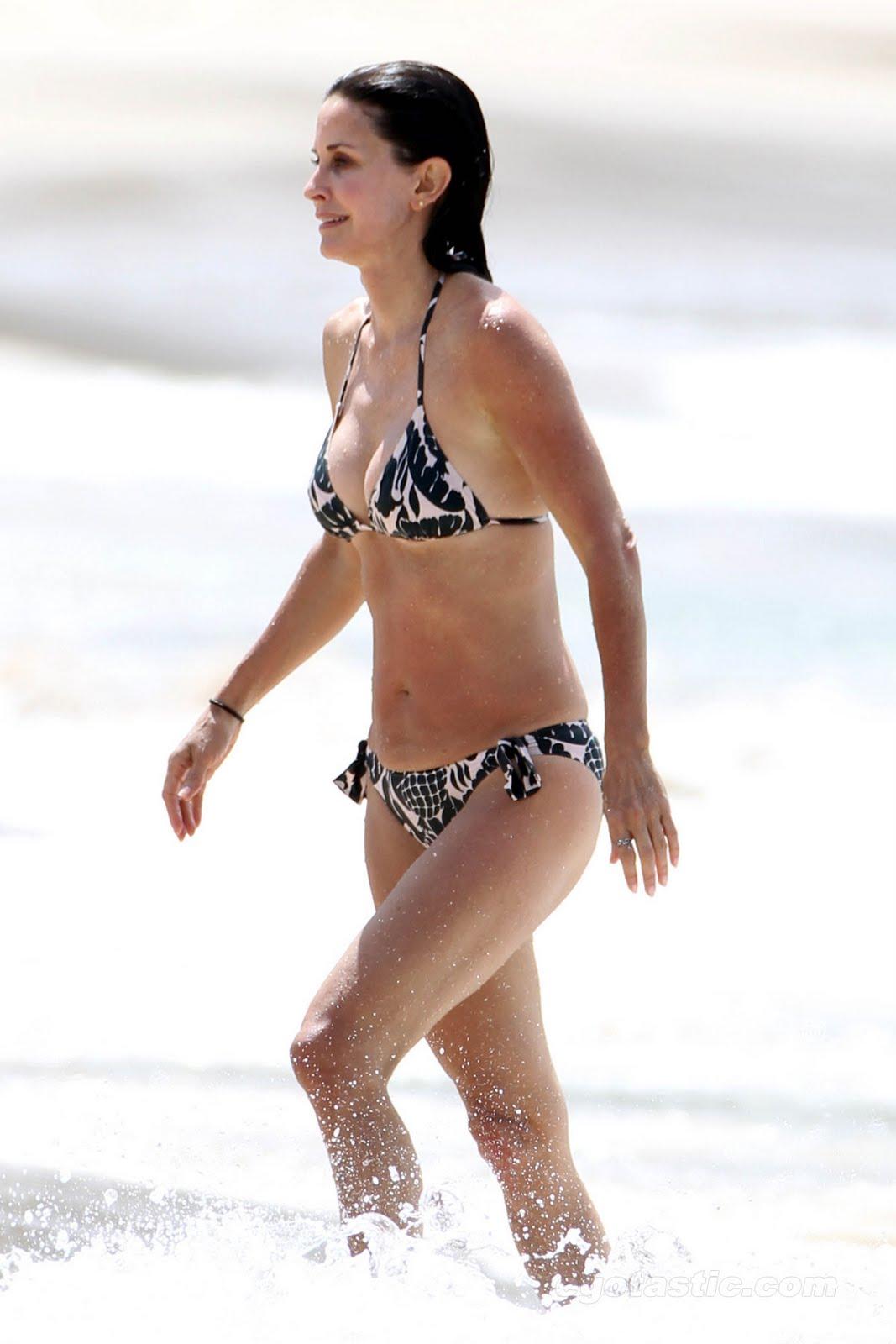 http://1.bp.blogspot.com/-zTmKwlbrlQ8/Tj_1j406F-I/AAAAAAAAAu8/XbweQtz_J3k/s1600/courteney-cox-st-barts-bikini-04_b9c4acf7ad9da5e5b67655c61c17bd6b.jpg