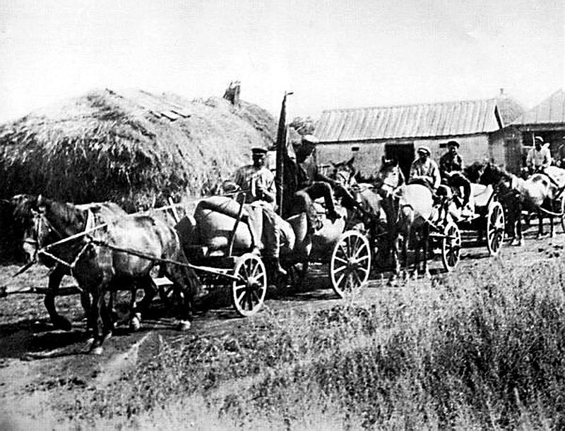 Солдати вивозять зерно з українських сіл