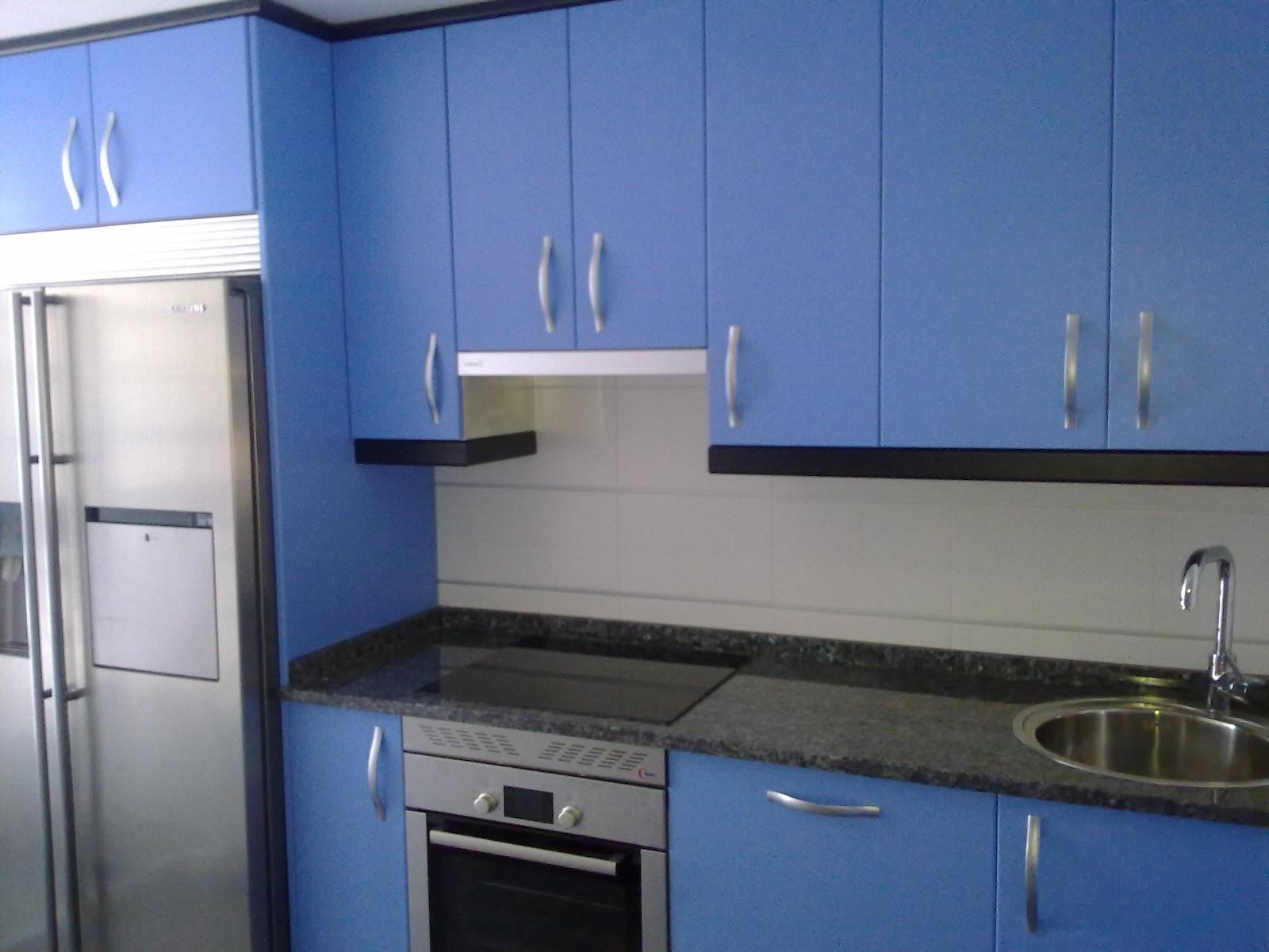 Laminado azul mate encimera granito labrador claro for Granito colores claros