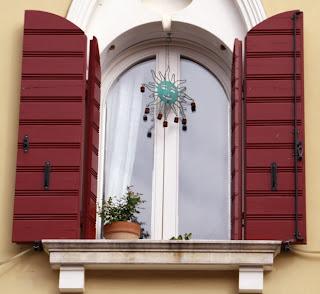 Czerwone okiennice łukowe z drewna