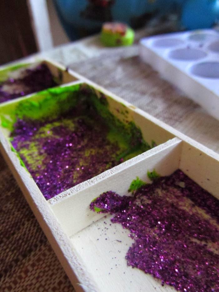 kreatywne dziecko maluje brokat