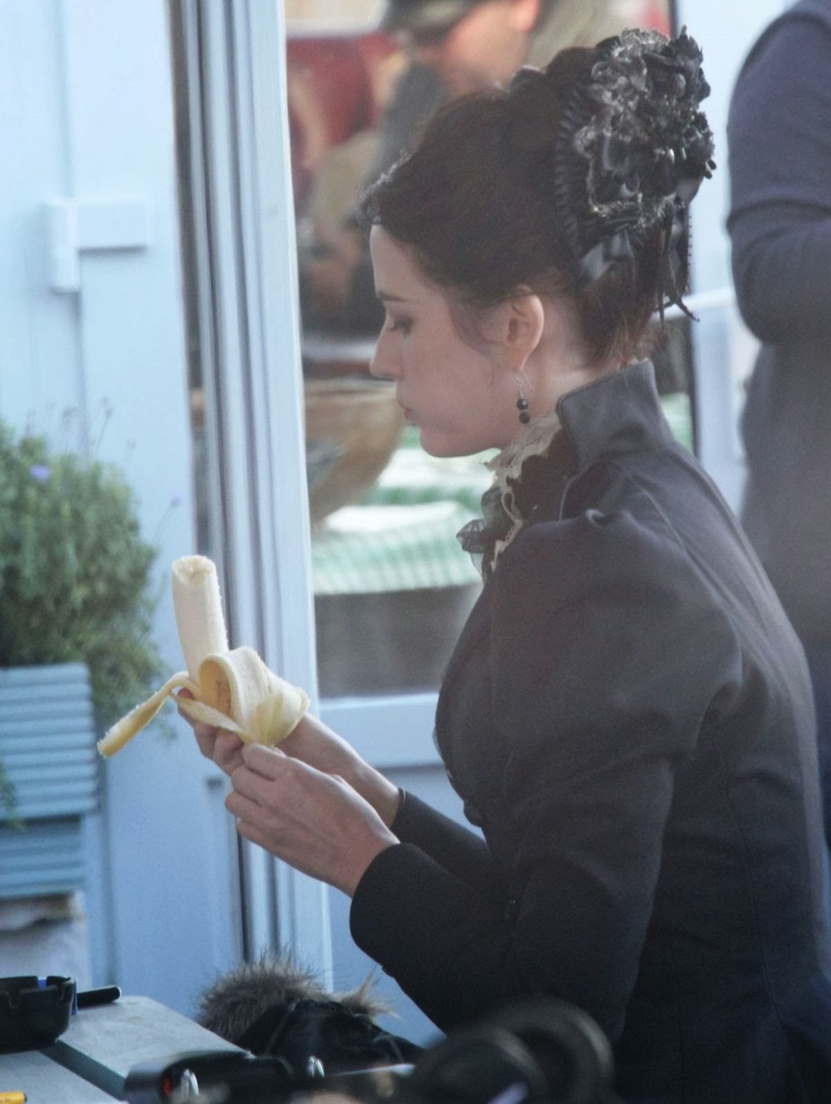 http://1.bp.blogspot.com/-zVOgwj4S6K8/Ut2KZQuxV9I/AAAAAAAAQhU/4g1Abdh8C8c/s1600/eva-green-on-the-set-of-penny-dreadful-in-ireland_8.jpg