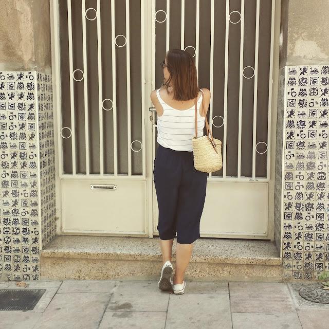 Una it prenda para este verano, culotte navy ideal para tus outfits de verano con top de Zara y zapatillas converse blancas.
