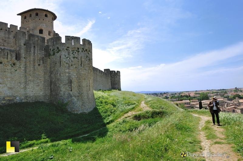 Valérie Blachier sur le talus longeant les remparts de Carcassonne photo pascal blachier