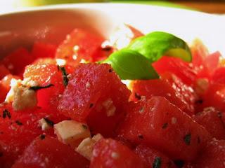 Осенний салат из арбуза и острой брынзы в вине